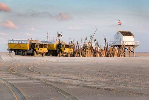 ♥ De wagens van de Vliehors Expres bij het reddinghuisje op de Vliehors (Vlieland).