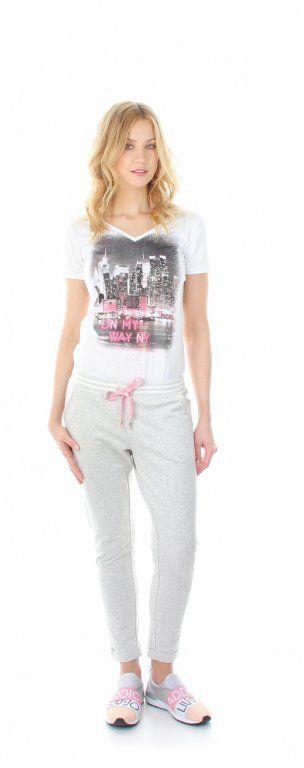 Hosevon Liu Jo   stylische Hose aus der Liu Jo Sportkollektion   die Hose von Liu Jo hat einen elastischen Bund mit Tunnelzug, die Bänder sind farbig, der Bund ist mit Streifen abgesetzt   die Hose hat seitlich 2 Eins