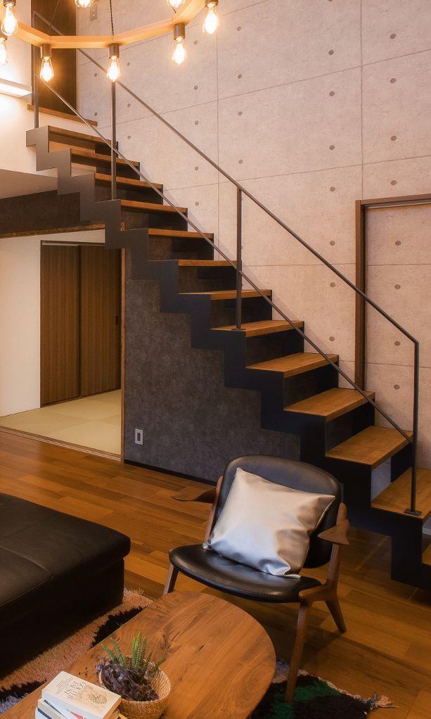 ひな壇の階段とフラットバーのアイアン階段手摺