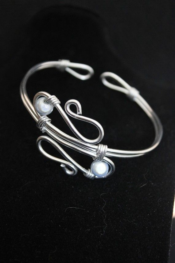les 25 meilleures id es concernant bracelets en fil de fer sur pinterest joaillerie faire. Black Bedroom Furniture Sets. Home Design Ideas