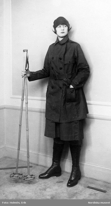 Modell i skidkläder. Jacka, kjol, höga kängor och mösshatt. Stavar i handen. Fotograf: Erik Holmén, 1925-1926