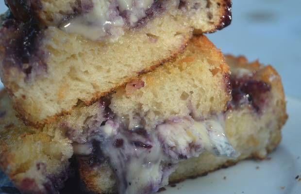Sandwich au brie et à la confiture de myrtilles