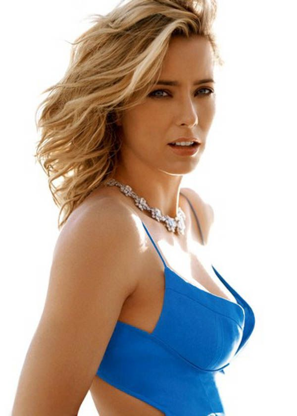 Tea Leoni's hair: a-line bob with layers up front. looks great beachy and with polished waves
