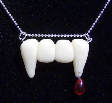 Colgante dentadura de vampiro. Arcilla polimérica, brilla en la oscuridad. Fimo effect.
