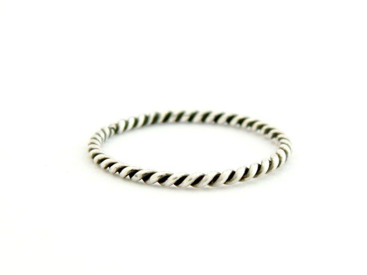 925+Stříbro,+prsten+R35+Popis+šperku+Nabízíme+Vám+v+naší+dílně+ručně+vyrobený+925+stříbrný+prsten.+Hmotnost+prstenu+:+0,7+gr+Velikost+:+dle+Vaší+volby+Zboží+na+zakázku+Naše+výrobky+procházejí+kontrolou+Puncovním+ůřadem+Praha+dle+zákona.+