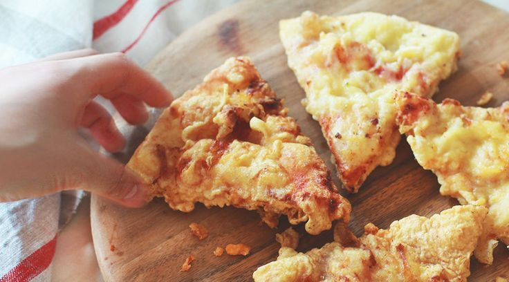 宅配ビザを頼むと、どうしても数枚余ることがあります。熱々は美味しいんだけど、冷えてしまえばそれも半減。翌朝まで放ったらかしにしておくと、もうどうしようもないことに。そんな時、ぜひ試して欲しいのがこのアレンジ法。これ、ハマっちゃうかも。そう、余ったピザに天ぷら粉をつけて揚げてしまうんです。文字通り「ピザの天ぷら」。これが、意外とバカにできないほど美味いんだからフシギ。どうやら発祥はNYタイムズ...