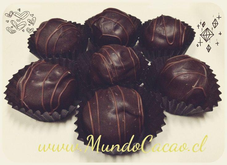 Trufa de chocolate 62% de cacao con almendra.