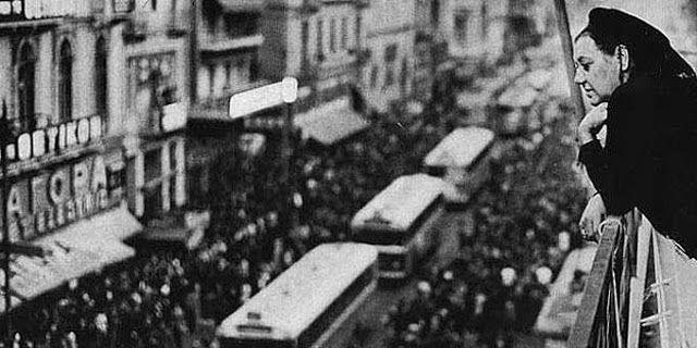 Μία έκθεση φωτογραφίας διηγείται μικρές ιστορίες της Αθήνας και των ανθρώπων της στο μετρό του Συντάγματος...