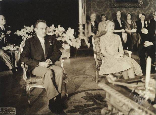 Im Thronsaal werden Fürst Rainier und Garce Kelly offiziell verheiratet.