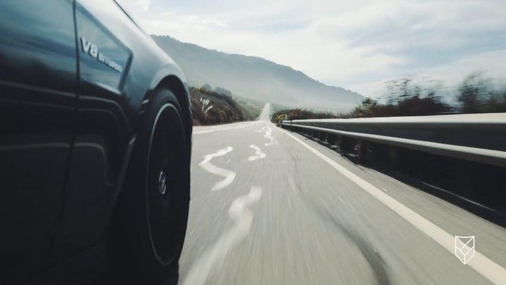 Big Sur 2 L.A. - Der Highway 1 windet sich die fantastische Küste von Kalifornien entlang. Der Achtzylinder des Mercedes-Benz E 63 AMG faucht sein heiseres Lied zwischen den schroffen Klippen und den weichen Sandstränden. Der Wind peitscht die Wolken über den Himmel und das Grau des Asphalts verschwimmt mit der Farbe des Lacks. Die grellen Lichter von Los Angeles erwachen zum Leben und ihre Reflexionen in Stahl und Glas machen das Bild surreal und zugleich beruhigend. Die Luft wabert kühl…
