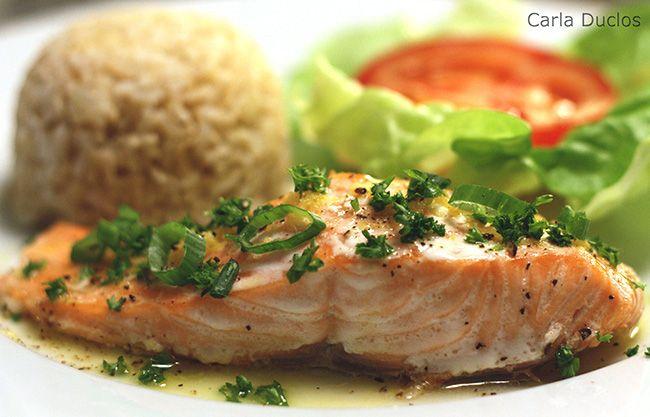 Simples, prática, deliciosa e muito fácil de preparar, essa receita de salmão ao forno com molho de manteiga e limão impressiona.