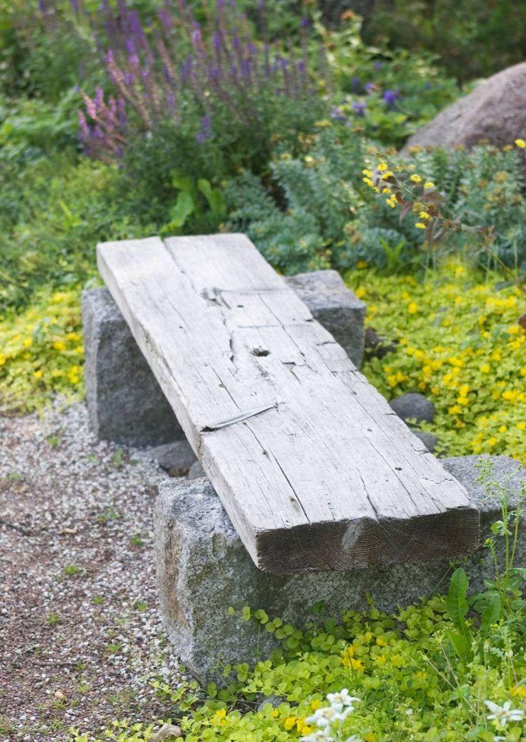 Puutarhapenkki voi olla puuta, polyrottinkia tai metallia. Katso inspiroivat ideat puutarhan penkkeihin Viherpihasta.