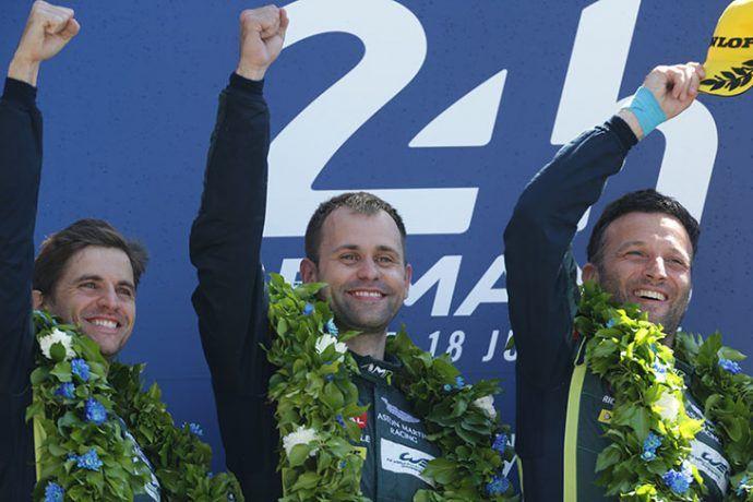 Os rapazes da Aston Martin sorriem no pódio e comemoram a vitória na LMGTE-PRO. Daniel Serra (esquerda), fez um trabalho fantástico em sua estreia na prova