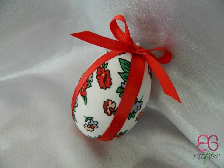 Ou decorativ imbracat in material inflorat | Decoratiuni de Paste