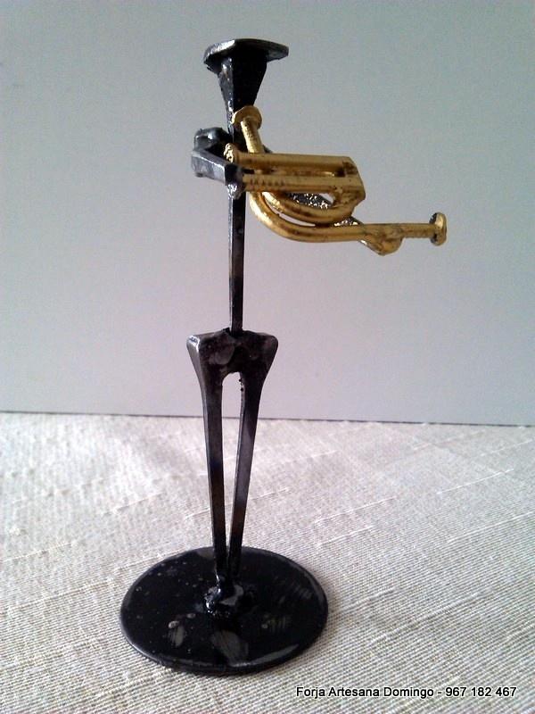 Figura de forja de un musico tocando la Trompa, hecho a mano de forma artesana.