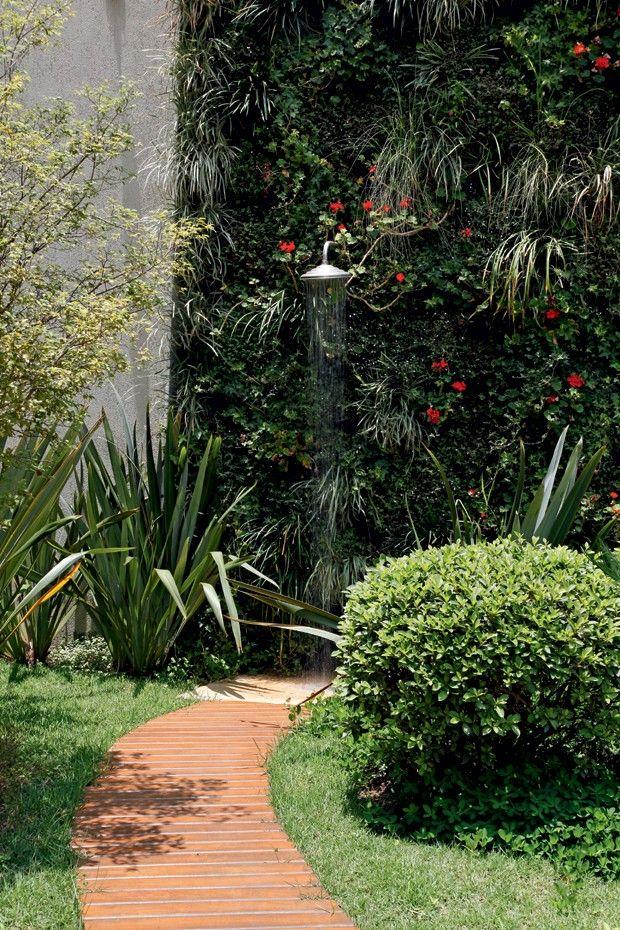Viburno Este arbusto de ramagem densa fecha com vigor e ainda apresenta inflorescência em forma de cachos com flores brancas, miúdas e perfumadas, mais comuns entre o outono e o inverno. Em grupo, forma maciços que funcionam bem, inclusive com a ausência de muros. É ótimo para criar barreiras verdes pelo jardim.