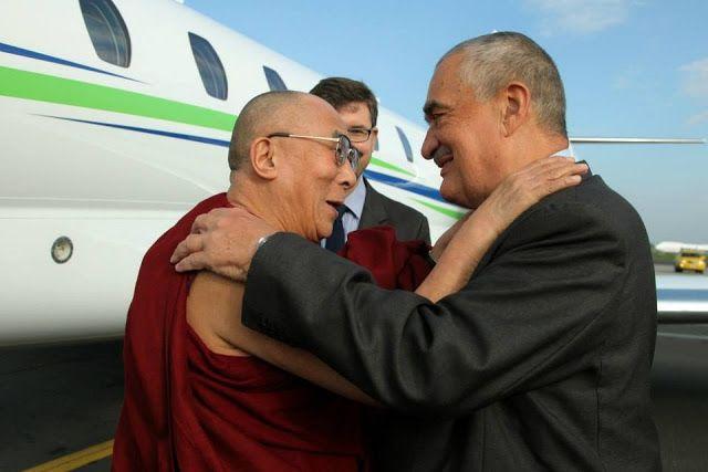 MĚSTO PRAHA: Karel Schwarzenberg vítá Dalajlámu
