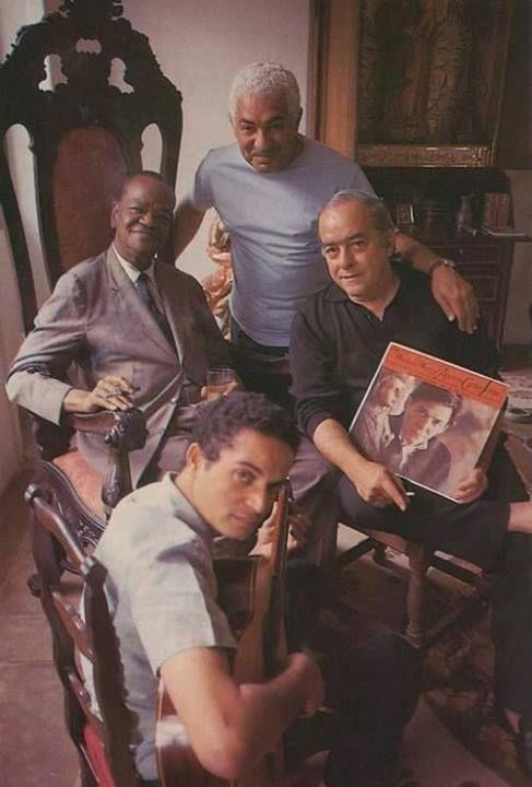Foto Ícaro _ n. 47 _ : Pixinguinha, Dorival Caymmi, Baden Powell e Vinicius de Moraes, este segurando um LP de Tom Jobim