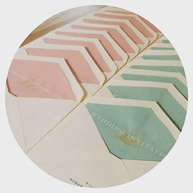……📎 *  母に頼んでいた宛名書きの封筒たちが戻ってきたので、早速#かざり紙 IN♡  #aisuwedding さんのこの2色、 テーマカラーそのまんまなので並べて一人で悦ってます(*´ω`*) だんだん形になってきました  旅立ちはちょうど1週間後 21日(火)大安…  わー! なんだか着々と近づいてきて寂しいような嬉しいような…!! * * * * #DIY#招待状#手作り招待状#ペーパーアイテム#結婚式#結婚式準備#プレ花嫁