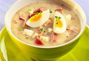 Barszcz biały góralski / Highlander White Borscht odpowiednio gęsty, doprawiony, pełen pysznych dodatków – kiełbasy  białej i śląskiej, szynki, tłustego, białego sera, chrzanu i oczywiście jajek.