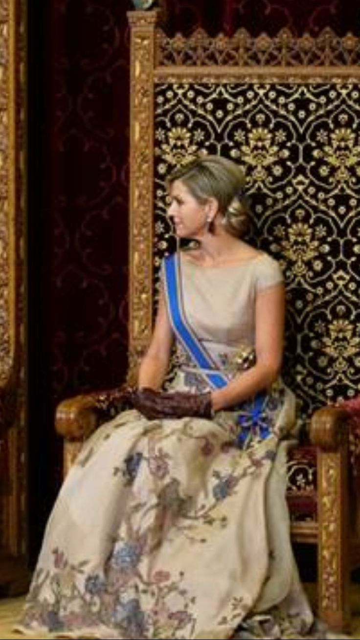 It is a pity that Máxima herself is blending into the color of her dress and also into the chair. The whole picture looks sallow. Contrast and colors are missing.