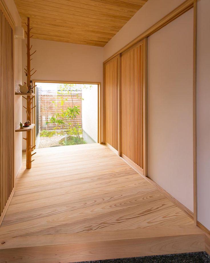 "260 Likes, 2 Comments - 株式会社 住まいず (@yasuhiro.arimura) on Instagram: ""玄関フロアの奥に見える坪庭。玄関を明るくしてくれるだけでなく、和の雰囲気を演出してくれます。"""