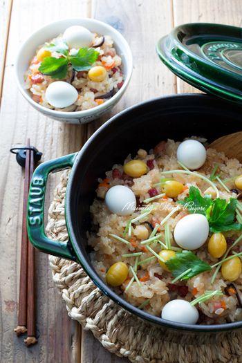 椎茸、にんじん、タケノコの水煮、焼き豚で作るお餅を使った中華風の簡単おこわ。飾り付けの三つ葉、ぎんなん、うずらが彩りを添えて食卓を明るくしてくれます♪