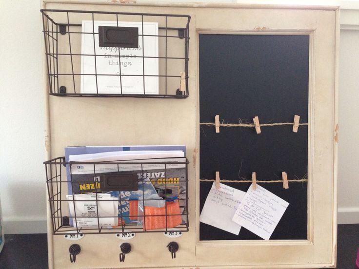 Een memobord van de Xenos, maar de touwtjes en wasknijpers er zelf aan toegevoegd. Zo kunnen we ook kleine briefjes kwijt!
