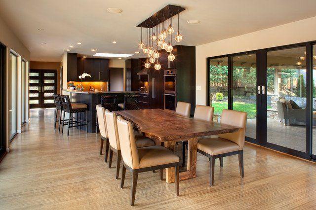 table de salle à manger en bois brut dans la maison moderne