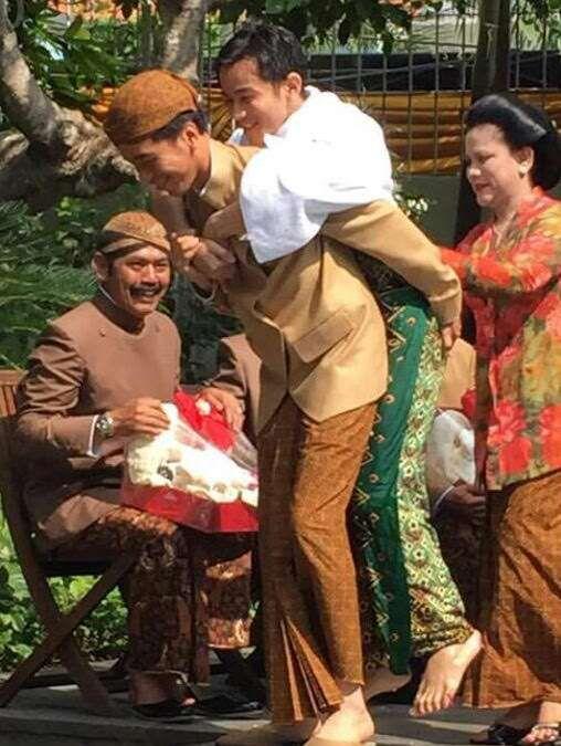 Nampak Wajah Bahagia Jokowi Menggendong Gibran Setelah Siraman