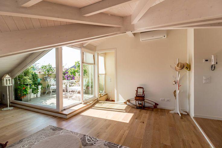 Romantica Mansarda : Soggiorno moderno di Bartolucci Architetti
