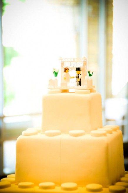 """Dal bouquet alla torta nuziale: i veri protagonisti di questo matrimonio sono i Lego in ogni loro forma e declinazione. Sui tavoli del banchetto abbondano i mattoncini """"semplici"""", sugli abiti dello sposo (che indossa gemelli ovviamente a tema) e dei suoi testimoni la boutonnière &eg"""