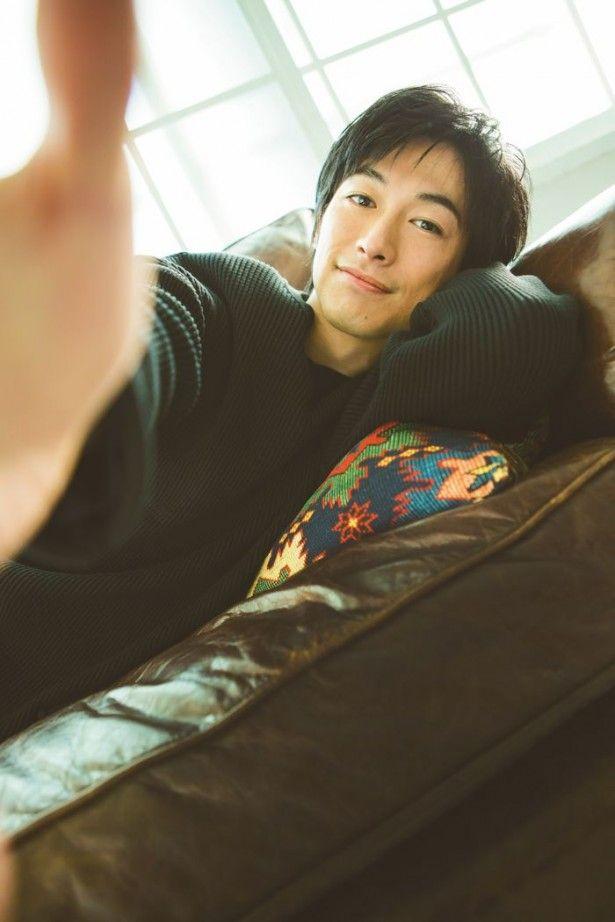 【週刊ザテレビジョン8号グラビアより】ソファーに横たわり、手を差し伸べるディーン・フジオカに胸キュン!