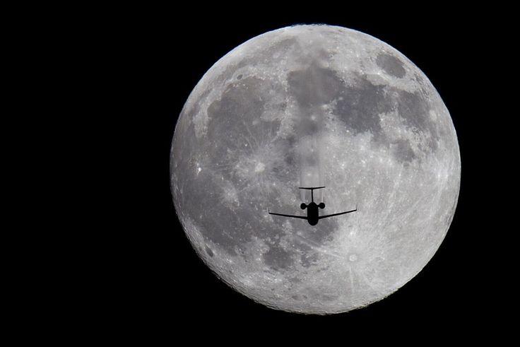 Αεροπλάνο μπροστά από την Πανσέληνο στον ουρανό του Σαν Ντιέγκο