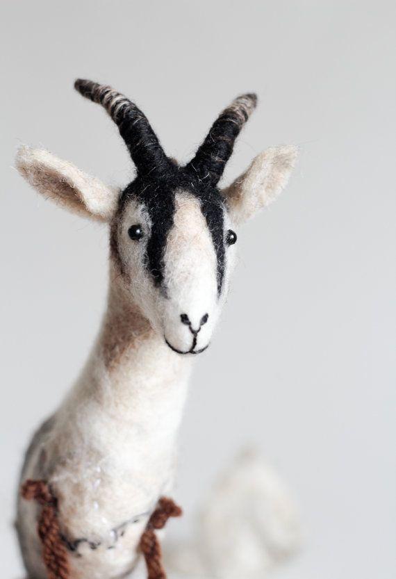 Jack - 100% biologische speelgoed. Gift voor jonge geitjes voelde geit vilten speelgoed Art marionet Puppet geit gevuld dier voelde speelgoed. witte natuurlijke bruin