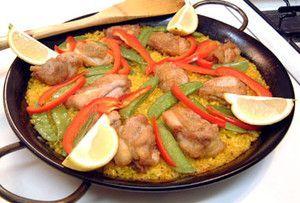 """パエリアといえば、""""魚介""""と思いきや、元祖バレンシア風は一味違う。鶏の旨味とサフランの香りのコンビネーションを存分に楽しもう。"""