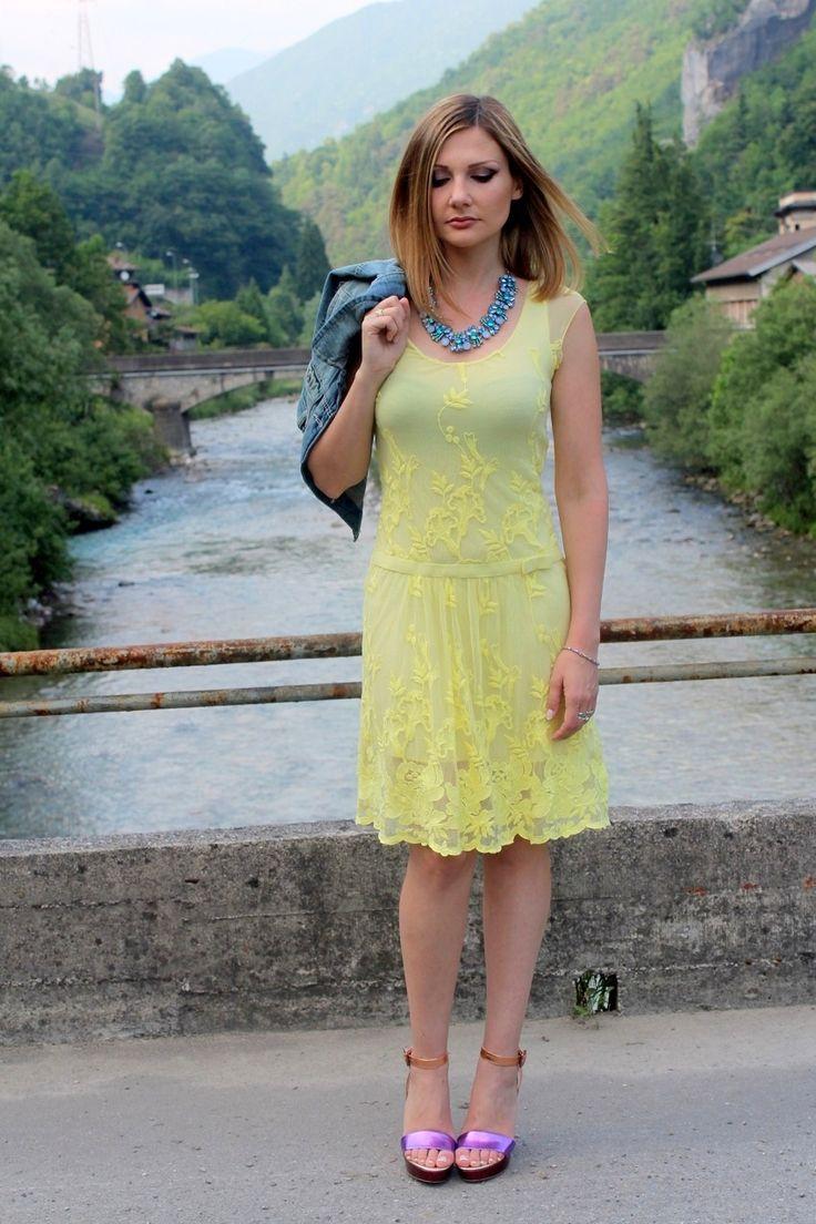 Vestito giallo scarpe blue zebra
