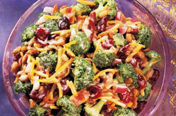Combiner tous les ingrédients de la salade dans un grand bol; bien mélanger. Combiner tous les ingrédients de la vinaigrette dans un petit bol...