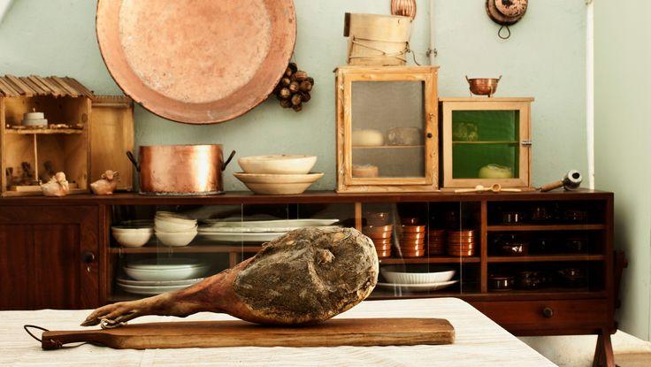 """I salumi Toscani sono rinomati e particolarmente saporiti, perfetti per il pane """"sciocco"""" da usare come accompagnamento."""