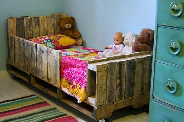 Beau lit enfant en palettes en bois