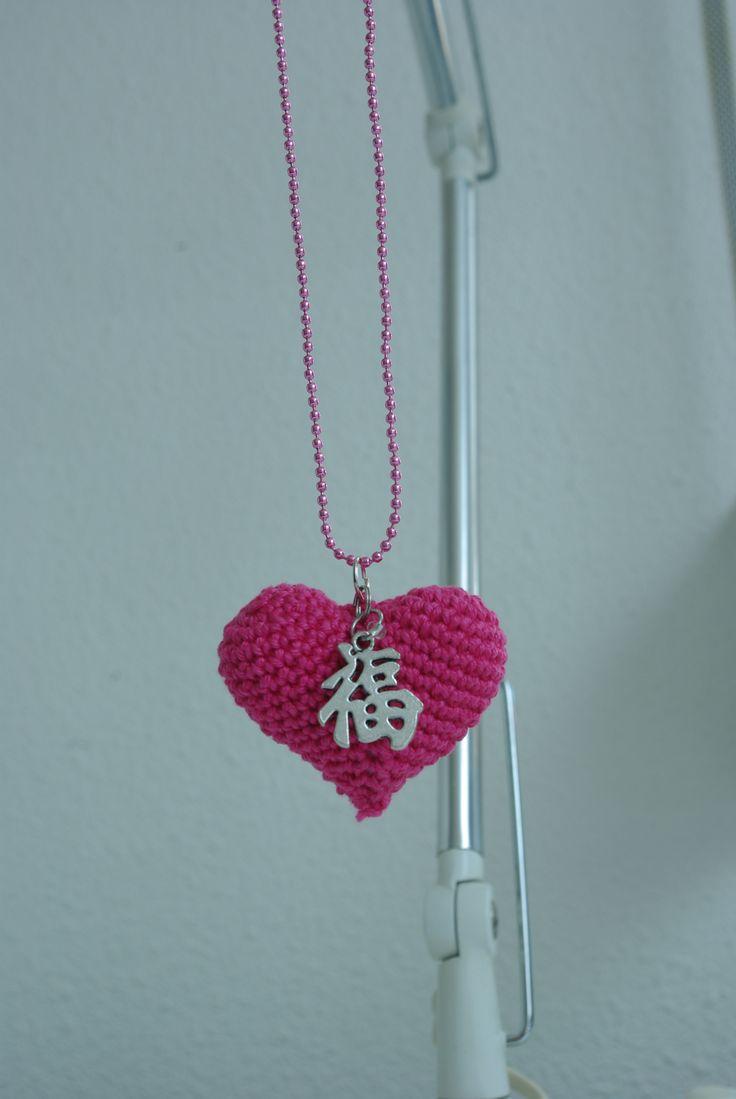 Ketting met gehaakt hart-hanger.