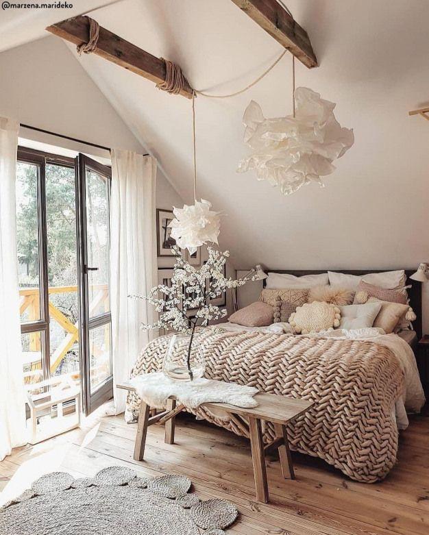 Quels Materiaux Choisir Pour Un Style Boho Un Bol Ou Un Coffre En Bois Une Housse De In 2020 Bedroom Inspiration Cozy Small Bedroom Interior Interior Design Bedroom