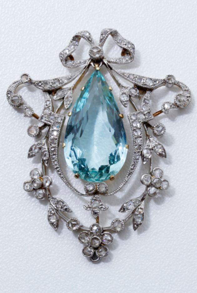 A charming Belle Epoque platinum, gold, diamond and aquamarine pendnat, circa 1910.