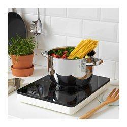 IKEA - TILLREDA, Portabel induktionshäll, Perfekt i ett litet kök eller där du behöver en extra kokplatta.Du kommer snabbt igång med matlagningen, eftersom hällen enkelt kopplas in med den medföljande stickkontakten.Ett handtag gör det enkelt att bära och flytta hällen.Hällen är enkel att förvara, eftersom du kan hänga upp den i hålen på baksidan eller använda handtaget som en krok.Induktionshällar är extremt energieffektiva, snabba och exakta, eftersom induktionsteknologin överför energi…