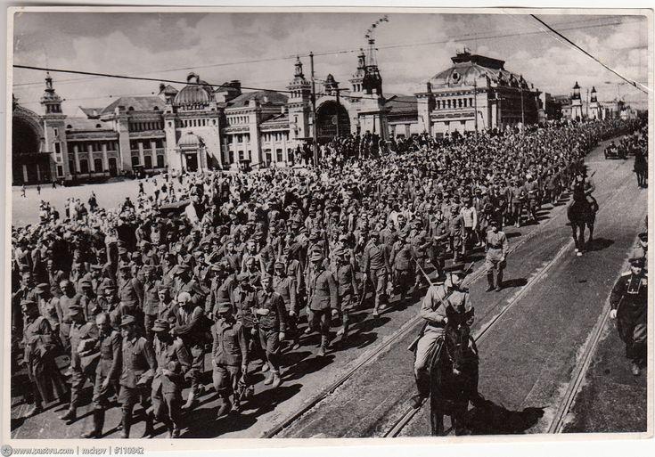 Прогулка по Москве 1944 года Колонна пленных у Белорусского вокзала.