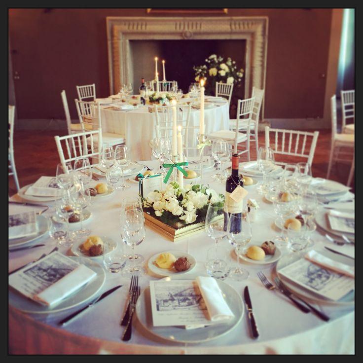 Allestimento in bianco white table set centerpiece centrotavola macchina fotografica usa e getta menu
