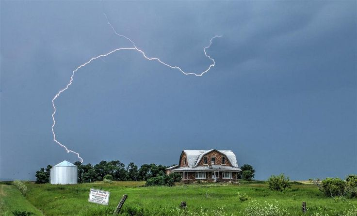 Saskatchewan lightning shot- perfectly composed!  Taken by:  Photo by Craig Boehm Found at:  https://www.facebook.com/theweathernetworkCAN/photos/a.380778141907.197462.9525286907/10152687557556908/?type=1&theater