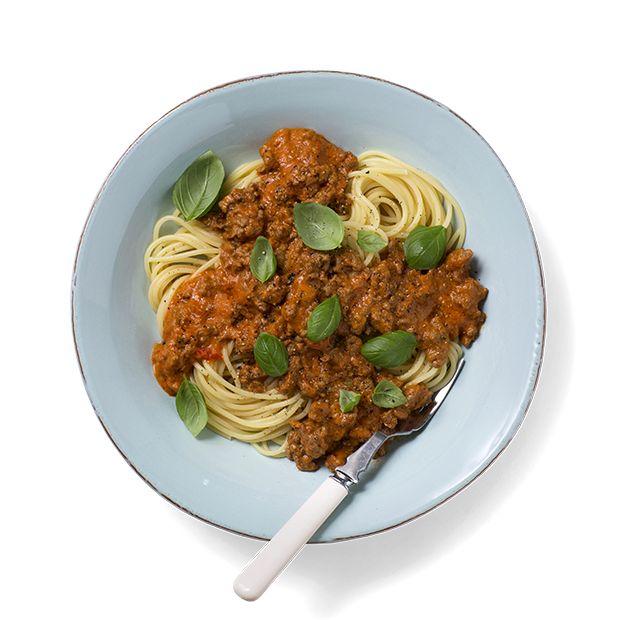 Pasta med tomatsaus slår aldri feil. Enkelt, greit og godt til travle dager og en favoritt blant barna. Oppskrift på spagetti med kremet tomatsaus.