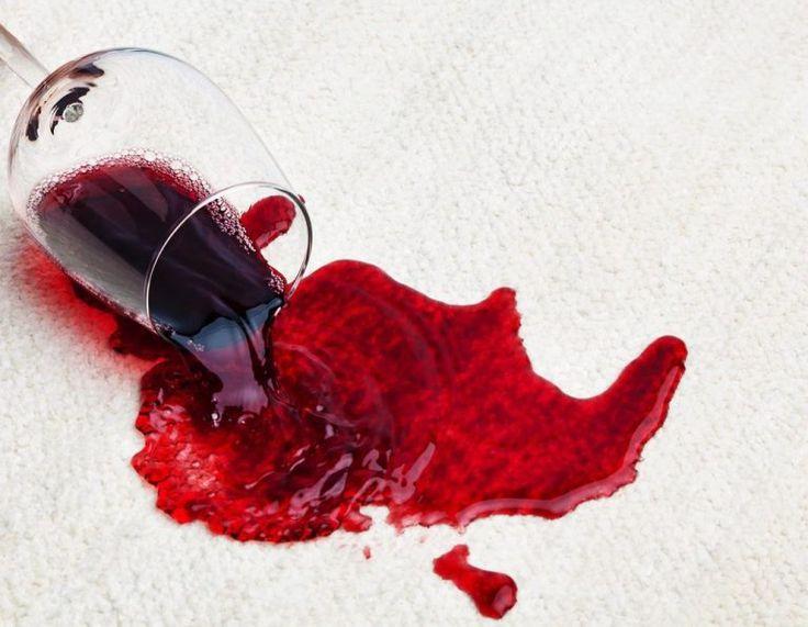 3 recettes pour enlever une tache de vin (avec du vinaigre et de l'alcool ménager, du lait ou du vin blanc)