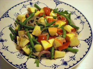 Salat med grønne bønner, æbler, peberfrugt og løg
